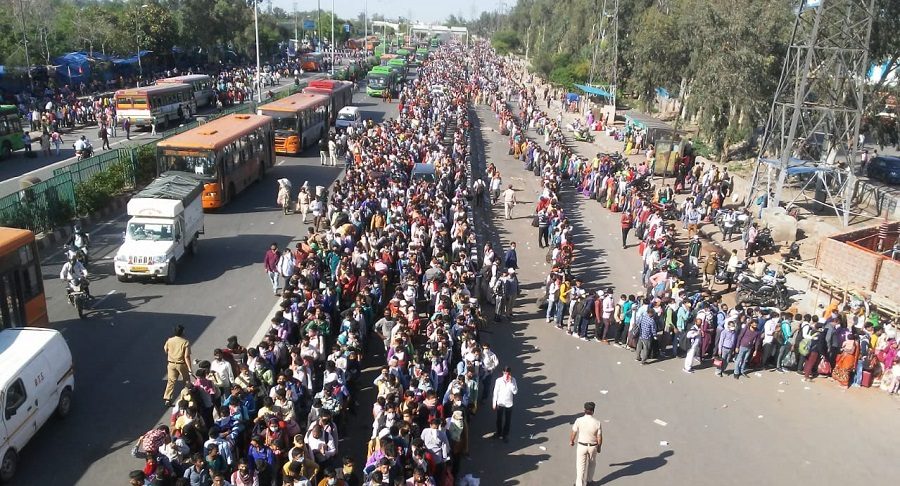 Thousands of workers gathered on Delhi-Up Border Amid lockdown to reach their hometown.
